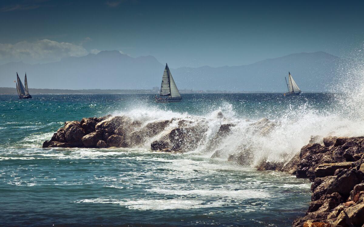 Segler bei Wellen mit wasserdichter Kleidung – Maritime Mode und mehr auf Segelbox.de